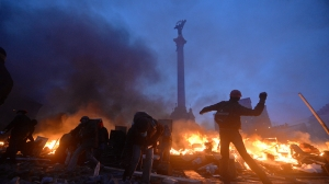 ukrainian-protester-hurls-rock-in-independence-square-data